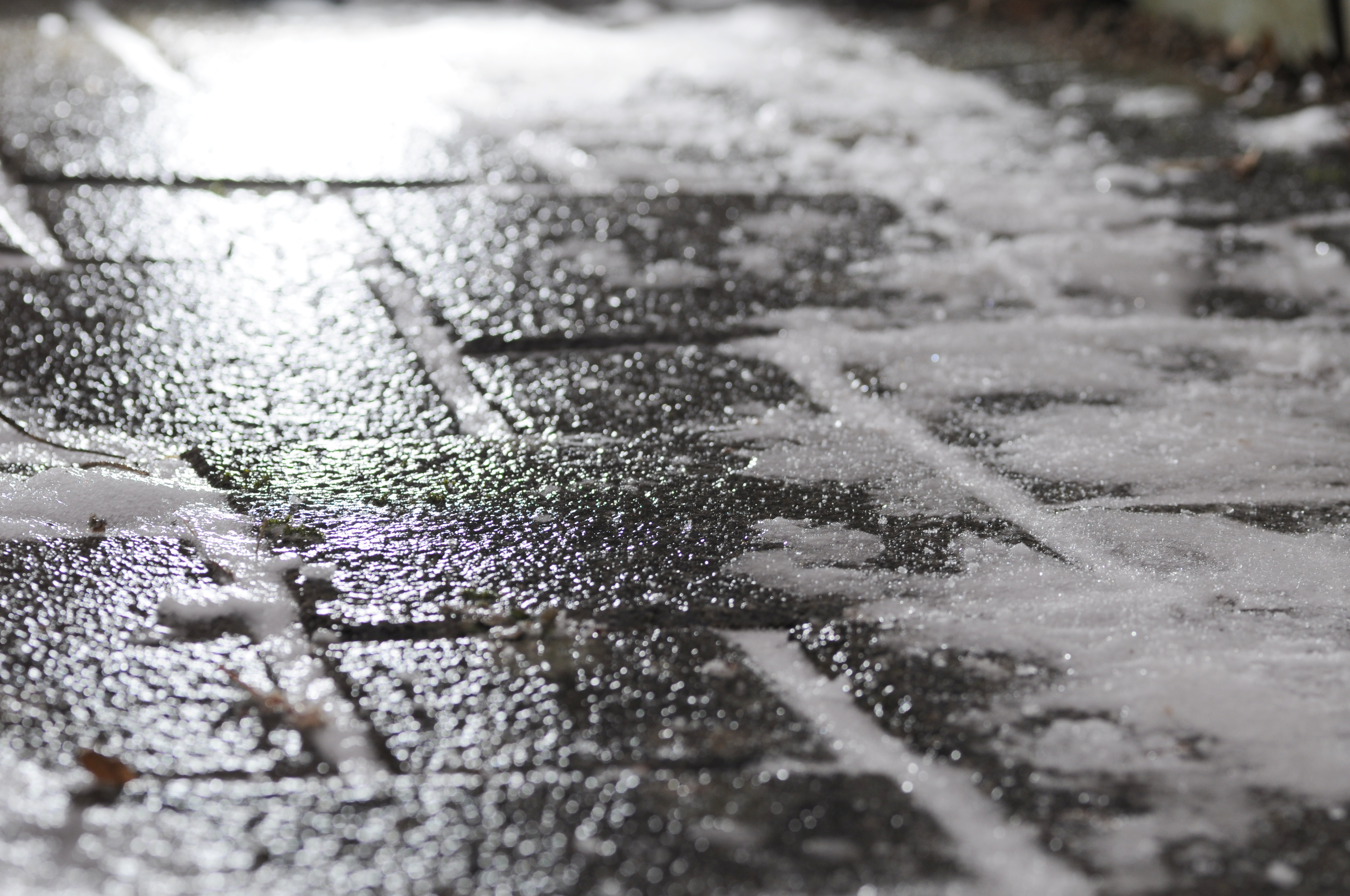 Black_ice_on_footway